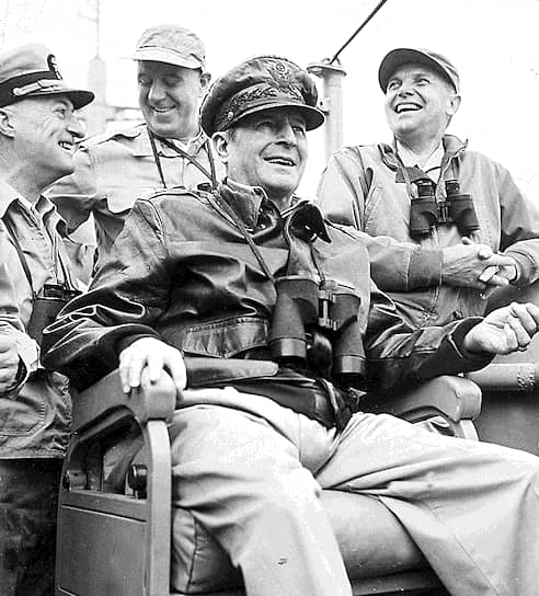 Командующий войсками ООН генерал Дуглас Макартур