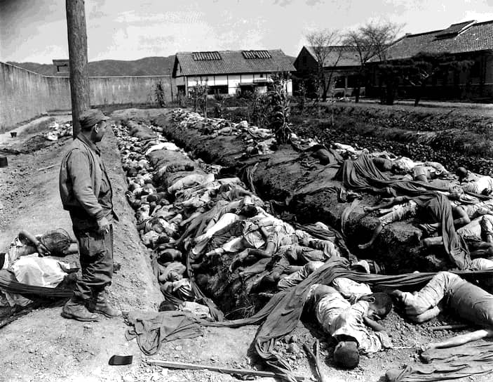 Во второй половине 1952 года СССР начал перебрасывать войска на Дальний Восток; части ДальВО приводились в полную боеготовность. В случае войны с США 12 дивизий ВДВ должны были перейти границу Штатов и за 16 дней выйти на рубеж Солт-Лейк-Сити — Чикаго <br>На фото: тела мирных жителей Южной Кореи