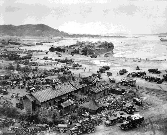 28 июня был взят Сеул, южнокорейские войска (100 тыс. человек) отступали <br>На фото американские десантные корабли в порту Инчхона