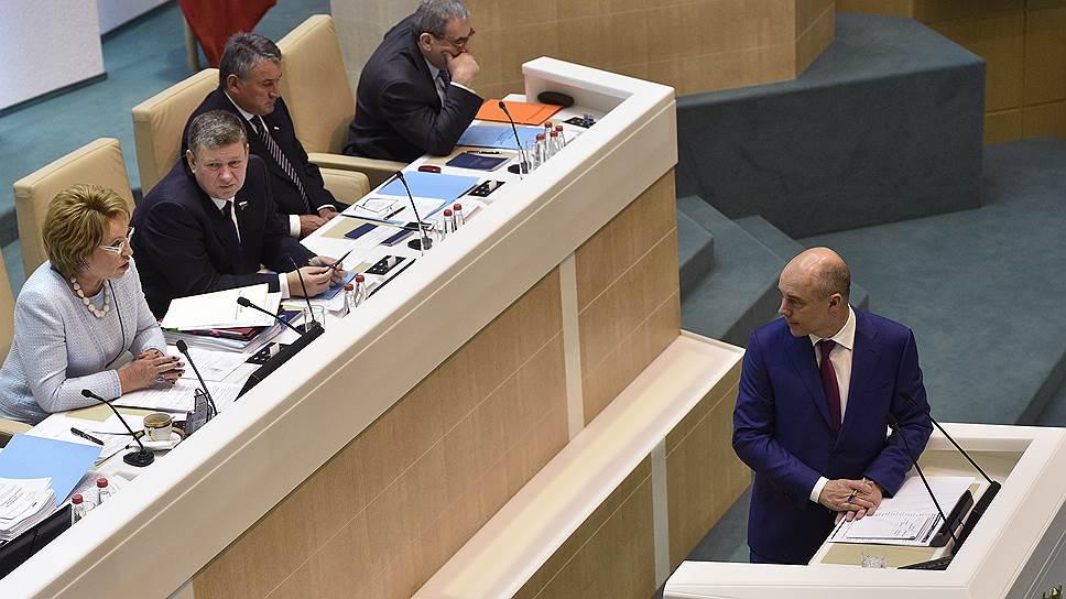 Министр финансов Антон Силуанов (справа)
