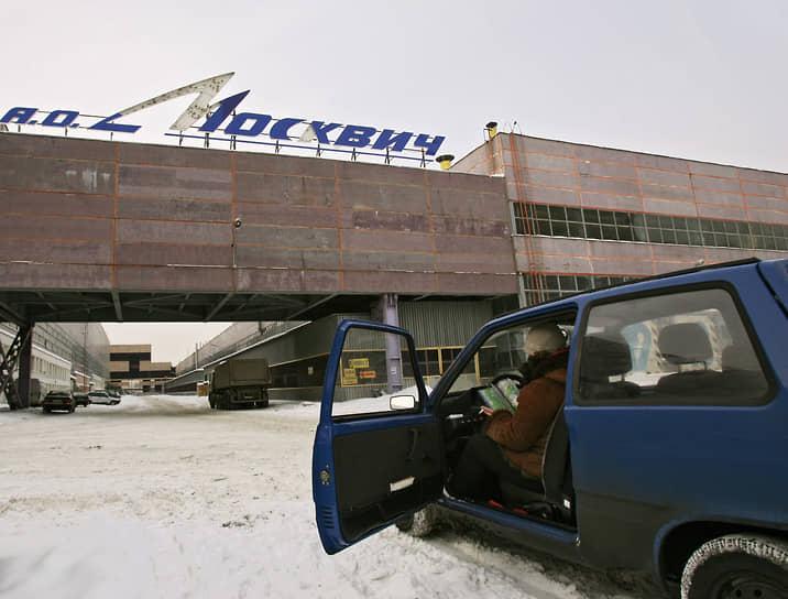 После дефолта 1998 года производство АЗЛК, на 60% принадлежащего государству, стало дотационным, и в 2001 году завод окончательно встал