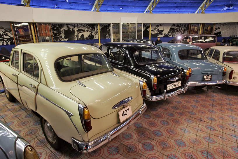 «Москвич-407» — одна из самых успешных моделей завода — выпускался с 1958 по 1963 год. Этот седан мощностью 45 лошадиных сил и объемом двигателя 1,36 л был рассчитан на 72-й бензин, но прекрасно работал и на очень распространенном тогда 66-м бензине. К тому же эта модель постоянно модернизировалась не только в техническом плане, но и в дизайнерском. Благодаря этим преимуществам «Москвич-407» был популярен не только в СССР, но и за его пределами. Он долгое время считался одним из лучших малолитражных автомобилей в мире, и спрос на него был настолько велик, что заводу пришлось сократить мощности, обслуживающие внутренний рынок, и выпускать больше автомобилей на экспорт