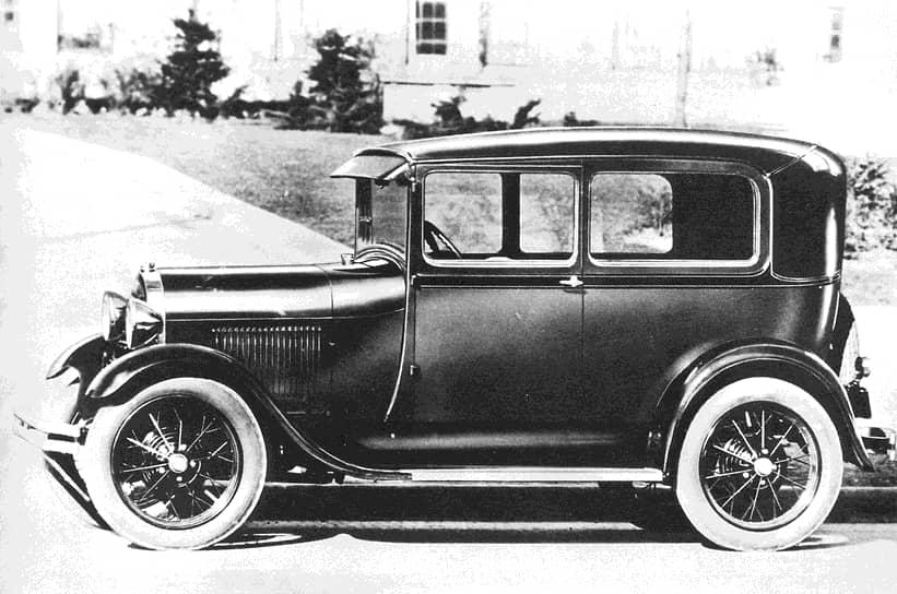 История завода, с конвейера которого впоследствии сошел «Москвич», началась в 1930 году. Он получил название «Государственный автосборочный завод имени коммунистического интернационала молодежи» (КИМ) и приступил к сборке автомобилей Ford-A и Ford-AA. Ford-A (на фото) — легковой автомобиль среднего класса с открытым четырехдверным кузовом типа фаэтон и трехступенчатой коробкой передач