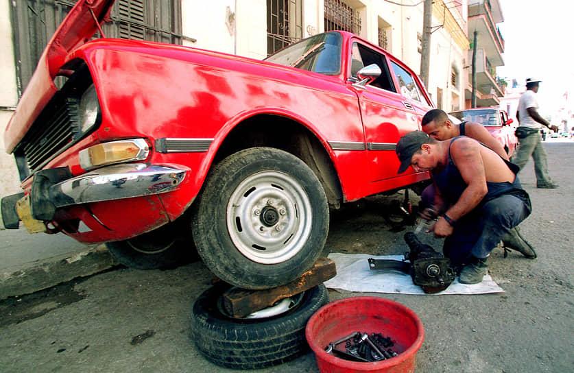 Старые модели «Москвичей» до сих пор можно встретить на дорогах. И не только российских <br>На фото: кубинцы в Гаване ремонтируют «Москвич-2140»