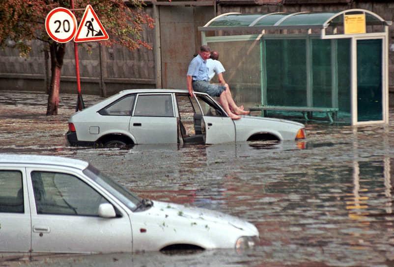 В конце 1990-х «Москвичу» было все труднее оставаться на плаву <br>На фото: автомобиль «Москвич», пострадавший в результате урагана, обрушившегося на Москву в июле 1998 года
