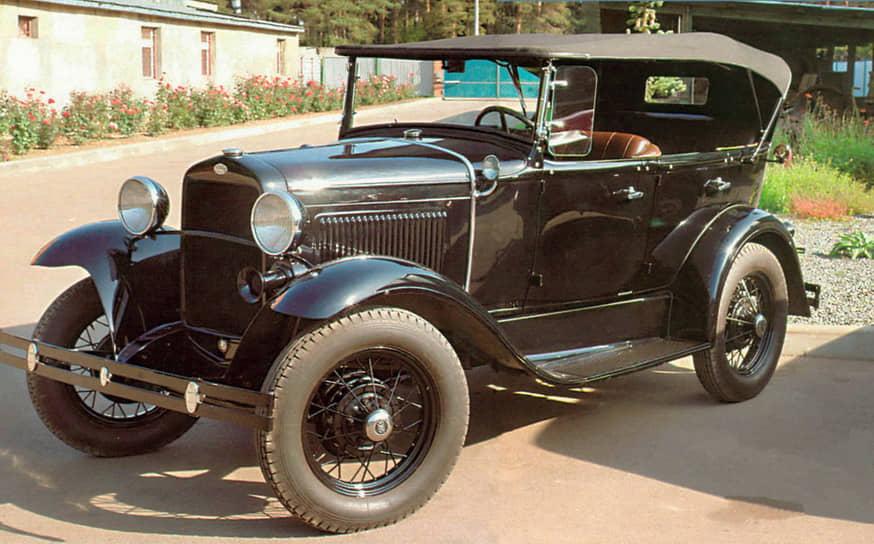 В 1933 году завод КИМ стал филиалом Горьковского автомобильного завода (ГАЗ) и здесь начали выпускать автомобили ГАЗ-А (на фото) и ГАЗ-АА. И хотя это были лишь лицензированные копии автомобилей Ford-A и Ford-AA, именно они считаются первыми советскими автомобилями конвейерной сборки