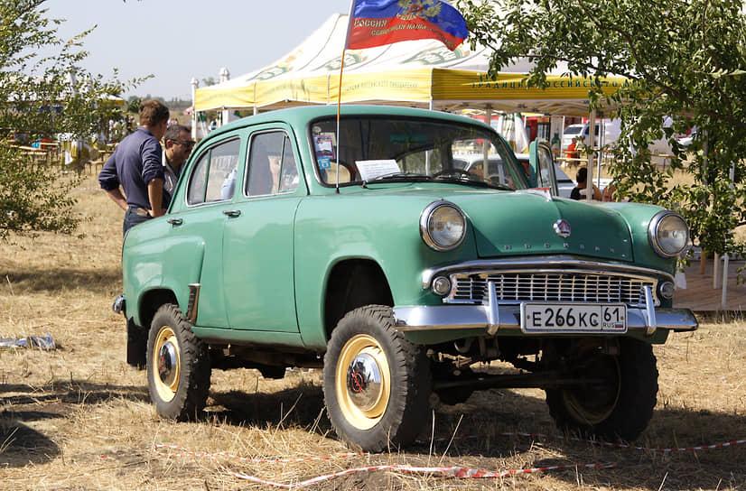 «Москвич-410» выпускался с 1957 по 1961 год. Это первый внедорожник с полным приводом, разработанный на МЗМА специально для сельской местности. Надежный руль от «Победы», дорожный просвет 22 см, рессорная передняя подвеска сделали машину проходимой, выносливой и, как следствие, очень популярной. Но заводу не хватало мощностей, чтобы одновременно справляться с производством экспортных моделей и моделей, востребованных внутри страны. Выбор был сделан в пользу автомобилей, приносящих иностранную валюту, и «Москвич-410» сняли с конвейера