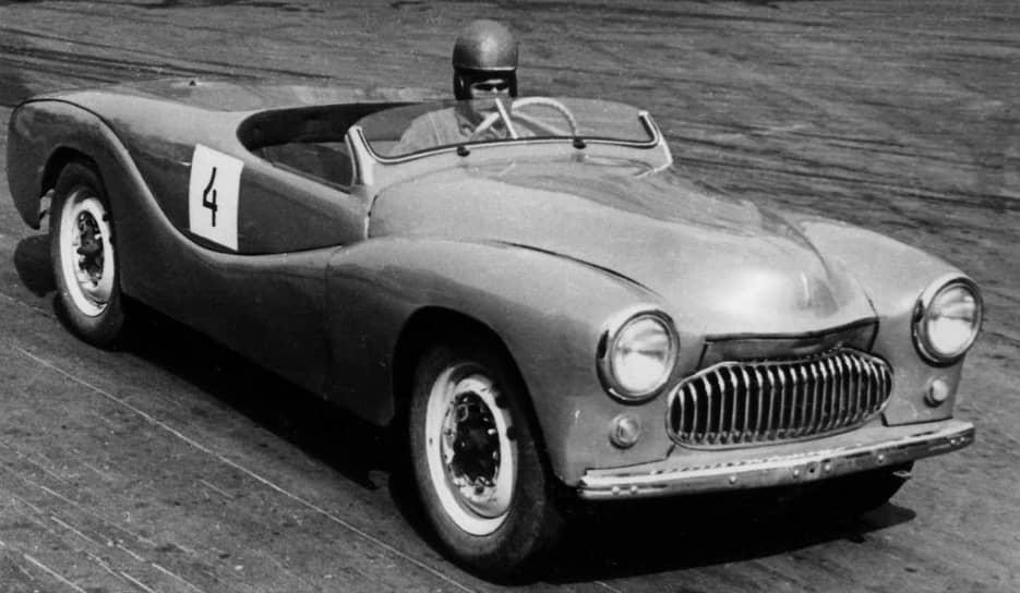 Гоночный «Москвич-404-спорт» с форсированным четырехкарбюраторным двигателем мощностью 60 лошадиных сил был разработан на базе «Москвича-402» в 1954 году. Эта модель неоднократно брала призовые места на чемпионатах СССР