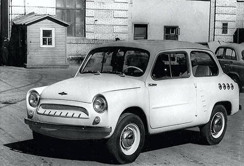 Несерийному «Москвичу-444» (на фото — его ходовой макет) повезло чуть больше — он стал прототипом «Запорожца». Образец 444-й модели был собран в 1957 году, когда стало понятно, что модели «Москвичей» все дальше уходят от концепции малолитражек и по техническим характеристикам, и по цене. За образец «Москвича-444» взяли Fiat 600, существенно его доработав. Но МЗМА, как обычно, не хватило мощностей для серийного производства новой микролитражки, и тогда для этой цели было решено реконструировать завод «Коммунар» в Запорожье. Так «Москвич-444» стал ЗАЗ-965