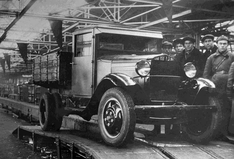 Грузовой ГАЗ-АА — знаменитая «полуторка» — производился также по фордовской лицензии. Но в СССР его серьезно модернизировали: усилили картер сцепления и рулевой механизм, установили воздушный фильтр и 50-сильный мотор ГАЗ-ММ. Бортовой кузов для автомобиля грузоподъемностью 1,5 тонны был полностью разработан советскими специалистами. Интересно, что до 1934 года кабина грузовика изготавливалась из дерева и прессованного картона и только потом была заменена металлической