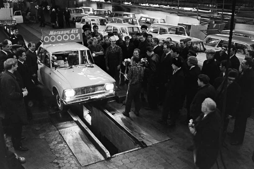 «Москвич-412» стал самой «долгоиграющей» моделью АЗЛК. Он выпускался с 1967 по 1997 год. Созданный на базе «Москвича-408», он оснащался более мощным двигателем объемом 1,5 л. Это была последняя модель «Москвича», которая могла конкурировать с мировыми производителями на зарубежных рынках. Один из автозаводов в Бельгии даже наладил сборочную линию этой модели для Западной Европы <br>На фото: торжественный выезд первого автомобиля «Москвич-412» с заводского конвейера