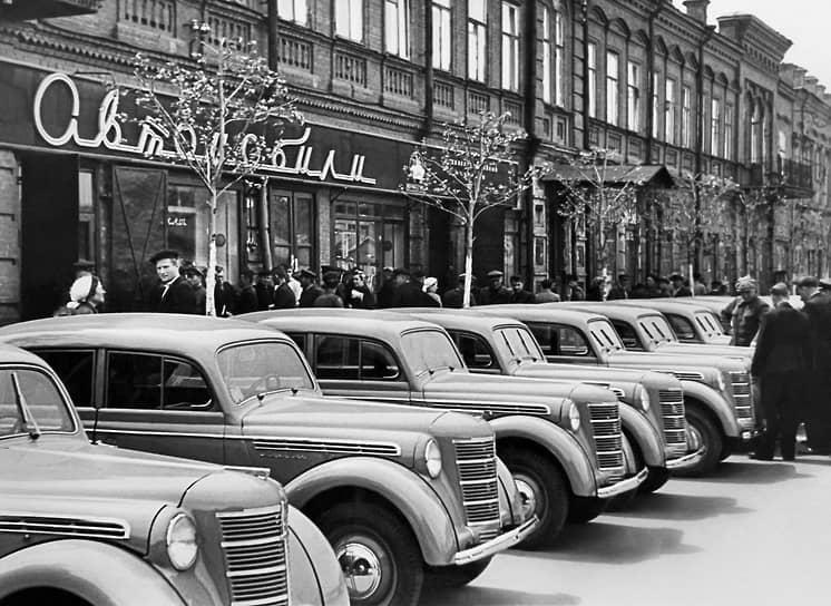 В 1947 году бывший завод КИМ назывался уже Московским заводом малолитражных автомобилей (МЗМА) и приступил к выпуску автомобиля «Москвич-400» (на фото). За основу этой модели был выбран Opel Kadett 1938 года. Считается, что именно «Москвич-400» стал первым в СССР доступным автомобилем. Его цена — 9 тыс. руб.— была равна полуторагодовой зарплате советского инженера