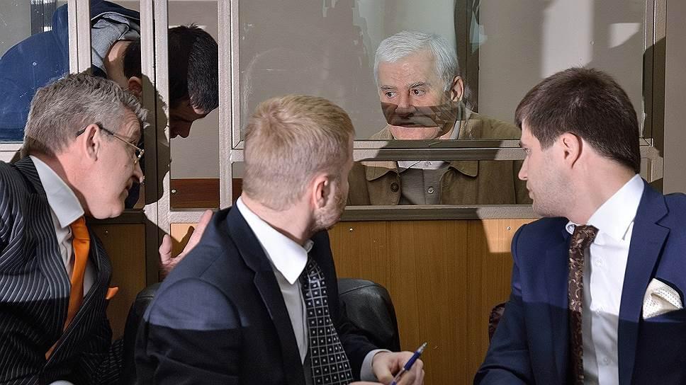Бывший мэр Махачкалы Саид Амиров (второй справа) и  его племянник Юсуп Джапаров (второй слева)