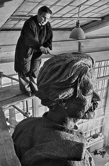 Именно волна популярности мужа подняла Мухину на вершину советского искусства. Максим Горький, фактически советский министр литературы, аудиенции у которого известнейшие писатели, ученые и художники ожидали многие месяцы, принимает Мухину вместе с другими видными скульпторами по первой же просьбе. После этой встречи в июле 1933 года он пишет письмо в ЦК, Молотову, и ходатайствует о помощи скульпторам — о передаче под мастерские закрываемых церквей, выделении огромных стипендий молодым ваятелям. А также передает Молотову просьбу скульпторов об обеспечении материалами: «Можно было бы предложить им мрамор памятников на кладбищах Москвы». В 1934 году Мухина получает заказ на скульптурное оформление строящейся гостиницы «Москва» (правда, потом Сталин утвердил проект без этих излишеств)<br>На фото: Вера Мухина заканчивает работу над скульптурой Максима Горького