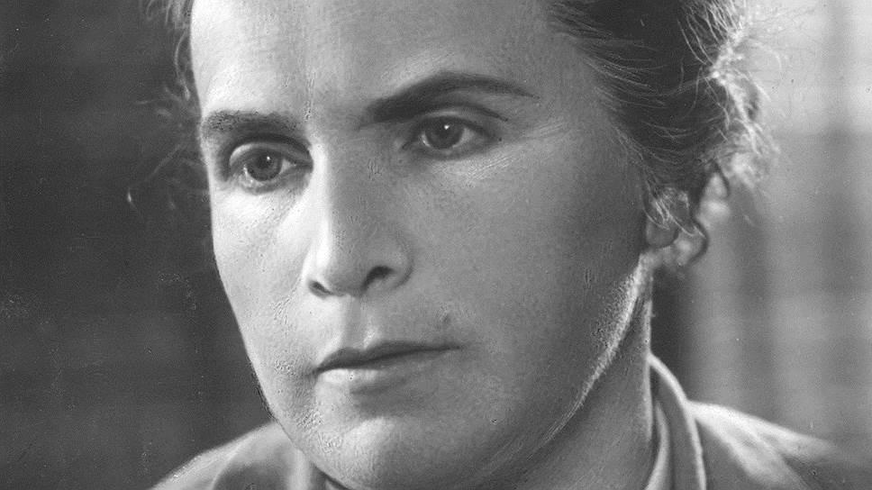 Вера Мухина родилась 19 июня (1 июля) 1889 года в Риге, в весьма состоятельной семье: ее дед сколотил крупное состояние на торговле льном, пенькой и хлебом. Училась живописи в Москве, скульптуру изучала в Академии де ла Гранд Шомьер в Париже