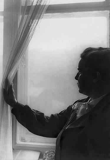 Как рассказывал сын Мухиной и Замкова, в мае 1930 года она и ее муж решили бежать из СССР — супруги собирались через южную границу Азербайджана перебраться в Иран, а затем решить, куда ехать —  в Латвию, Венгрию или Алжир, где жил учитель Замкова доктор Алексинский. Решение о побеге было принято под влиянием некоего пациента Замкова, который оказался агентом-провокатором ОГПУ. Мухину с мужем и сыном арестовали по пути на вокзал. Замков был автором первого в мире гормонального лекарственного препарата гравидан, изготавливаемого из мочи беременных женщин и показывающего впечатляющие результаты. Он пользовался большой популярностью, требования выслать гравидан шли во все инстанции