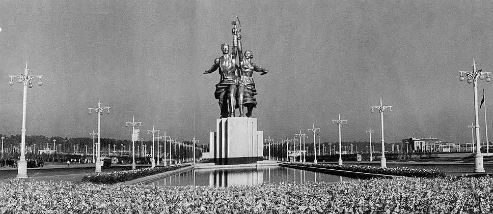 Знаменитый монумент «Рабочий и колхозница» собирали 11 дней из 65 частей. Скульптура замышлялась как временное сооружение: после выставки ее должны были разобрать. Но феноменальный успех этого произведения Мухиной заставил российские власти пересмотреть это решение: «Рабочего и колхозницу» установили на ВВЦ, где они находились до 2003 года. Потом статую все-таки отправили на реставрацию, и в 2009 году она была вновь установлена