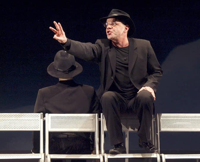 """«Оригинальность не главное. Когда человек говорит """"я тебя люблю"""", это самая банальная и прекрасная фраза»<br> В 1988 году на сцене «Сатирикона» появился спектакль Романа Виктюка «Служанки». Считается, что постановка изменила привычный курс театра и принесла ему большой успех"""