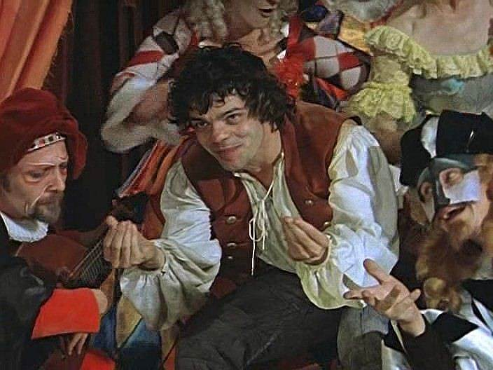 «Есть во мне некоторое главное актерское качество, которое я сам очень ценю,— обаяние»<br> В 1969 году Константин Райкин дебютировал в кино, сыграв небольшую роль в фильме «Завтра, третьего апреля…». Затем последовали работы в телеспектакле «Малыш и Карлсон, который живет на крыше» (1971), фильмах «Много шума из ничего» (1973), «Свой среди чужих, чужой среди своих» (1974), «Труффальдино из Бергамо» (1976), где Райкин исполнил главную роль (кадр на фото)