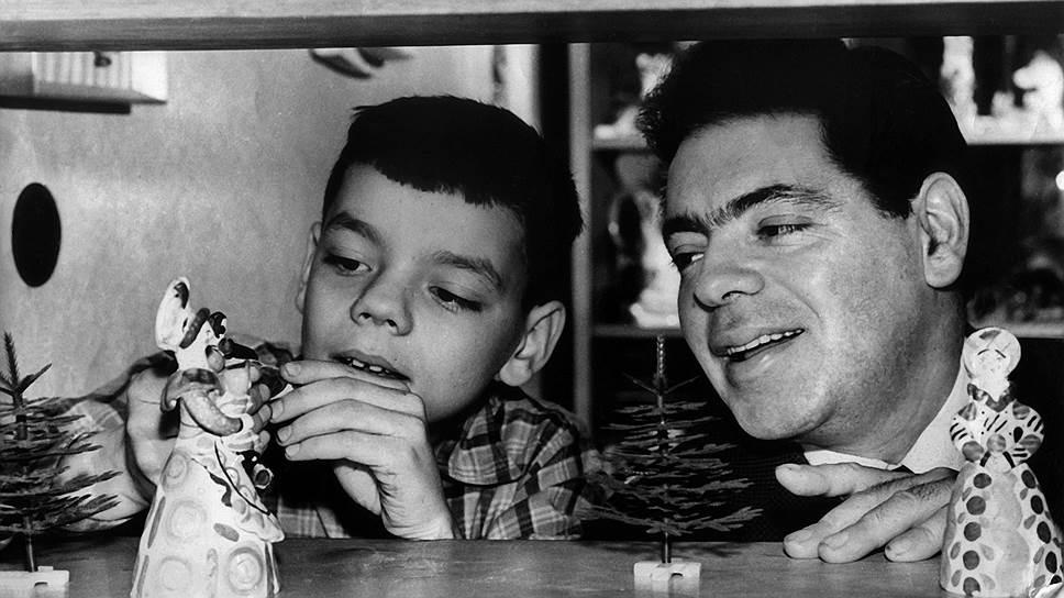"""«Диссидентской семьей мы вовсе не были, это легенды. Папа многое понимал, он заболевал, когда сталкивался с очередной идеологической мерзостью, но он был сыном своего строя. Жить по принципу """"на службе верю, дома нет"""" он не умел» Константин Райкин родился 8 июля 1950 года в Ленинграде, став вторым ребенком в семье уже известного на тот момент актера, режиссера, юмориста Аркадия Райкина и его жены Руфи Иоффе На фото: Константин Райкин (слева) с отцом Аркадием Райкиным"""