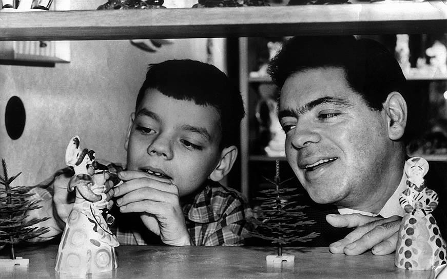 """«Диссидентской семьей мы вовсе не были, это легенды. Папа многое понимал, он заболевал, когда сталкивался с очередной идеологической мерзостью, но он был сыном своего строя. Жить по принципу """"на службе верю, дома нет"""" он не умел»<br> Константин Райкин родился 8 июля 1950 года в Ленинграде, став вторым ребенком в семье актера, режиссера, юмориста Аркадия Райкина и его жены Руфи Иоффе<br> На фото: Константин Райкин со своим отцом"""