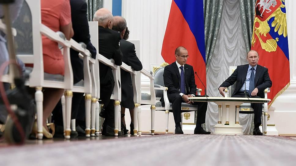 Секретарь Общественной палаты России Александр Бречалов (слева) и президент России Владимир Путин