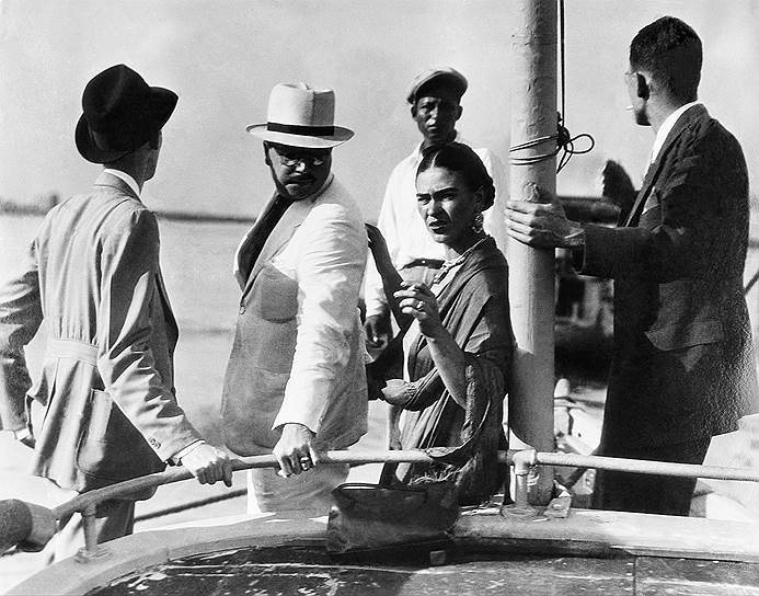 В 1937 году в жизни Фриды Кало появился Лев Троцкий. Советский революционер эмигрировал в Мексику, спасаясь от преследования на родине, и на некоторое время нашел убежище в доме Диего и Фриды. Познакомившись с художницей, Троцкий был настолько очарован ею, что у них завязался роман