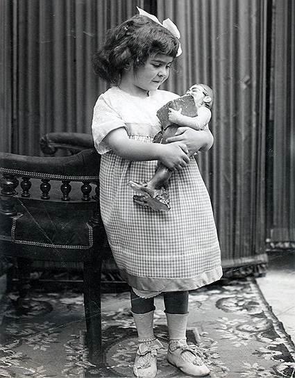 Фрида Кало родилась 6 июля 1907 года в пригороде Мехико. В детстве ей пришлось перенести два серьезных испытания: сначала девочка заболела полиомиелитом, из-за чего всю жизнь хромала на одну ногу, а в 17 лет она попала в аварию, после которой год не вставала с постели.Травмы оставили следы на теле, которые Фрида Кало скрывала за длинными платьями и корсетом