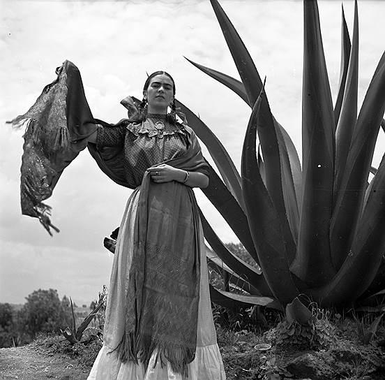 У Фриды Кало была экстравагантная привычка носить яркие народные костюмы. Многие современные дизайнеры одежды охотно спекулируют на ее образе, когда нужно создать этническую коллекцию