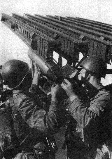 В августе—сентябре 1941 года было развернуто серийное производство боевых установок БМ-8 с 82-мм реактивными снарядами. Первые машины изготовлялись на базе отечественных шасси — всего около 600 штук. Почти все они, за исключением нескольких единиц, были уничтожены в боях