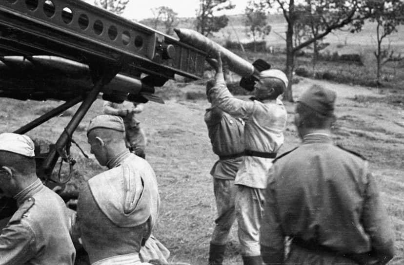 К июню 1941 года была изготовлена первая опытная партия БМ-13, предназначенная для всесторонних полигонных испытаний. Дальность стрельбы достигала 8,5 км <br> На фото: 1944 год. Солдаты готовят реактивную установку «Катюша» к ведению огня