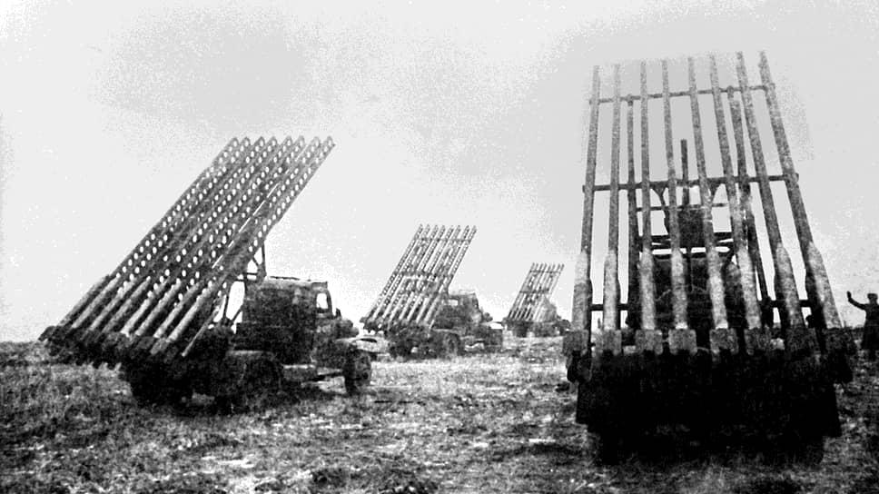 «Катюша» — народное название советских боевых машин реактивной артиллерии БМ-8 (со снарядами 82 мм), БМ-13 (132 мм) и БМ-31 (310 мм), принявших участие в Великой Отечественной войне. В советских войсках существовала легенда, будто прозвище «Катюша» произошло от имени девушки-партизанки, прославившейся уничтожением значительного количества гитлеровцев. По другой версии, один из бойцов написал на машине имя своей возлюбленной, впоследствии так стали называть и другие боевые машины такого типа  На фото: «Катюши» на огневой позиции 3-го Белорусского фронта в 1943 году