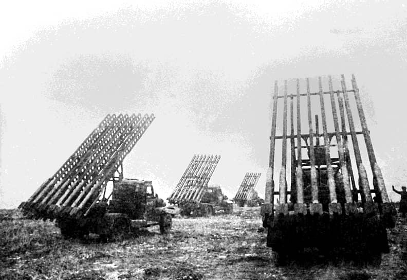 «Катюша» — народное название советских боевых машин реактивной артиллерии БМ-8 (со снарядами 82 мм), БМ-13 (132 мм) и БМ-31 (310 мм), принявших участие в Великой Отечественной войне. В советских войсках существовала легенда, будто прозвище «Катюша» произошло от имени девушки-партизанки, прославившейся уничтожением значительного количества гитлеровцев. По другой версии, один из бойцов написал на машине имя своей возлюбленной, впоследствии так стали называть и другие боевые машины такого типа <br> На фото: «Катюши» на огневой позиции 3-го Белорусского фронта в 1943 году