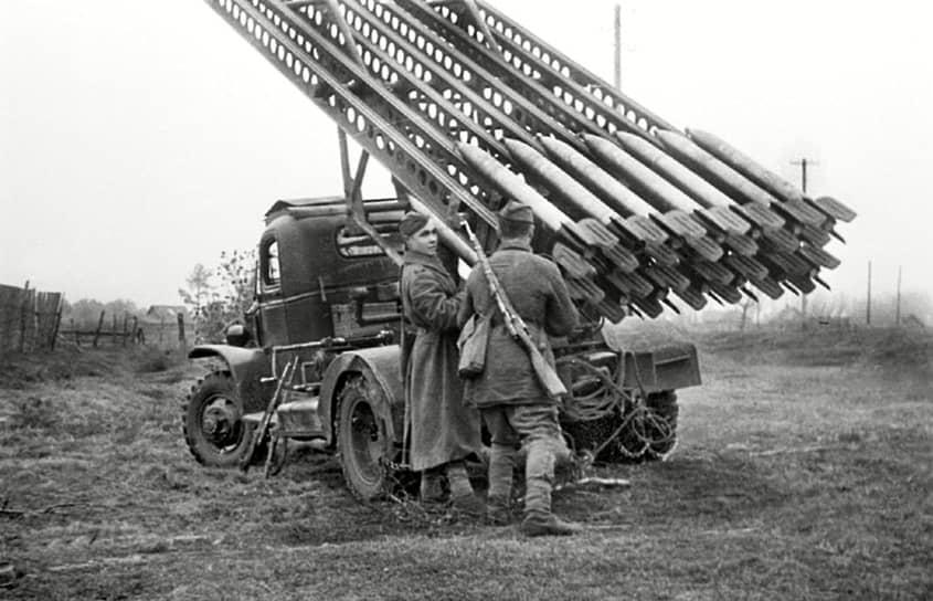 Многозарядность «Катюши» определяла возможность одновременного поражения целей на значительных площадях, а залповый огонь обеспечивал внезапность и высокий эффект поражающего и морального воздействия на противника. В немецких войсках боевые машины называли «сталинскими орга́нами» не только из-за внешнего сходства реактивной установки с системой труб музыкального инструмента, но и мощного рева, производимого при запусках