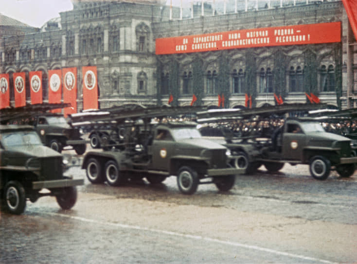 В июле 1941 года — декабре 1944 года было изготовлено около 30 тыс. боевых машин «Катюша» и свыше 12 млн реактивных снарядов к ним <br> На фото: Парад Победы 1945 года