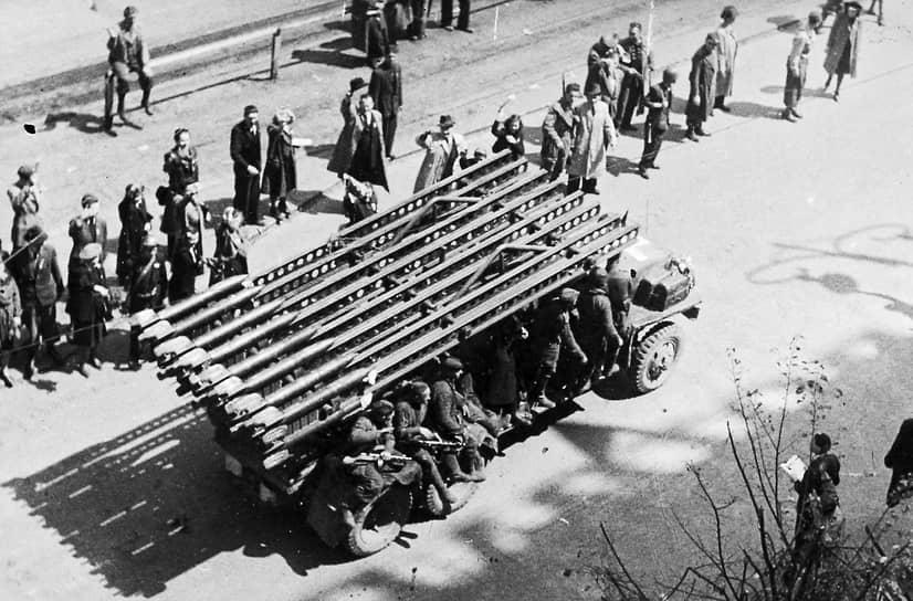 Наиболее массовая и известная установка БМ-13 создавалась на базе грузовика ЗИС-6. В декабре 1939 года реактивный снаряд М-13 и пусковая установка, получившая название «Боевая машина 13» (БМ-13) были одобрены Артиллерийским управлением Красной армии <br> На фото: май 1945 года, «Катюша» на улицах Праги