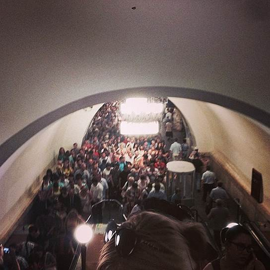 Находившихся на станции людей попросили подняться на поверхность, станцию «Парк Победы» также закрыли на вход. От «Киевской» до «Молодежной» запущены более 60 дополнительных автобусов