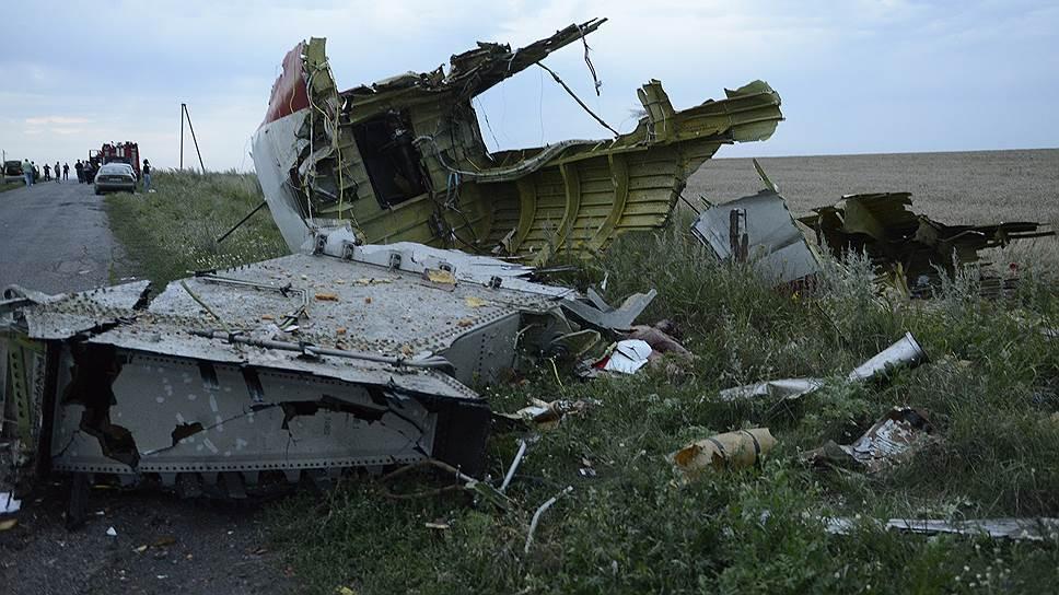 Пассажирский самолет «Боинг-777» компании «Малайзийские авиалинии», следовавший по маршруту Амстердам—Куала-Лумпур, упал недалеко от Донецка, в 50 км от российской границы