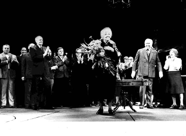 «Чтобы оставаться худой, женщине надо есть перед зеркалом и обнаженной…» <br> За свою карьеру актриса удостаивалась звания народной артистки СССР (в 1961 году) и трех Сталинских премий (в 1949 году и в 1951 году — дважды) <br> На фото: после репетиции спектакля «Дальше тишина» в театре имени Моссовета. Труппа поздравляет актрису Фаину Раневскую с награждением орденом Ленина. Художественный руководитель театра Юрия Завадский (слева) и актер Ростислав Плятт (справа)