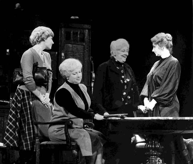 «Я не умею выражать сильных чувств, хотя могу сильно выражаться» <br>Четверть века Фаина Раневская играла в театре имени Моссовета (в 1949-1955 и в 1963-1983 годах), на сцене которого исполнила свои самые прославленные театральные роли: миссис Сэвидж («Странная миссис Сэвидж») и Люси Купер («Дальше — тишина»). С 1955 по 1963 год играла в Московском драматическом театре им. А. С. Пушкина