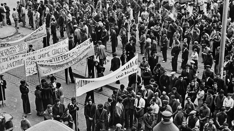 В начале 20 века тогда еще Испанское королевство находилось в состоянии кризиса. В 1923 году страна пережила переворот, который, однако, не привел к положительным результатам из-за начавшегося мирового финансового кризиса. Спустя 8 лет пала монархия. Испания была провозглашена «демократической республикой трудящихся всех классов», первым президентом которой стал консервативный либерал Нисето Алькала Самора, а премьер-министром — левый либерал Мануэль Асанья