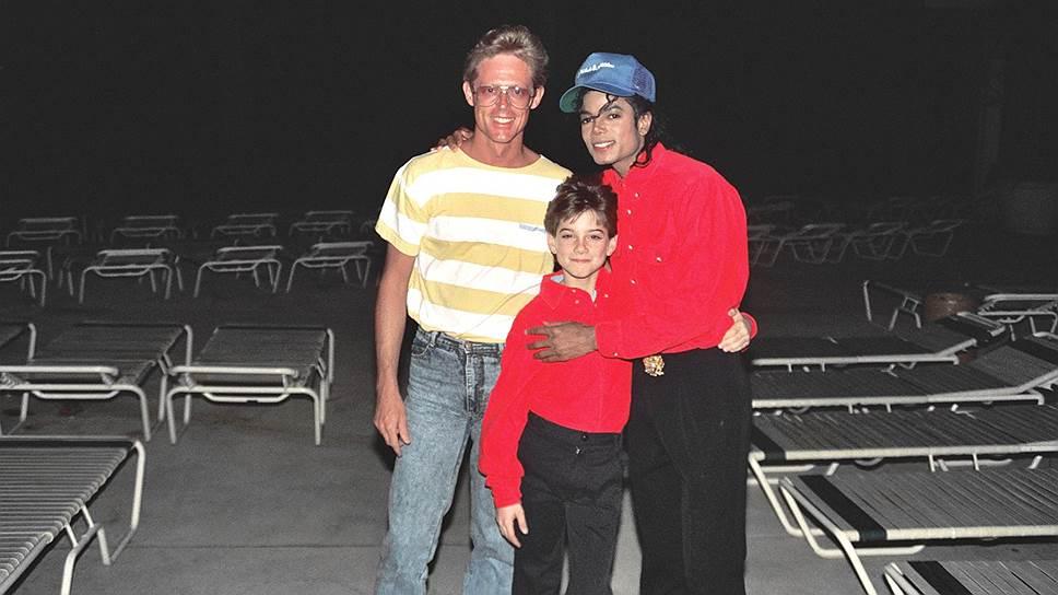 Певец Майкл Джексон (справа) и Джеймс Сэйфчак (в центре)