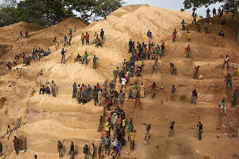 Рудник, принадлежащий канадской компании Axmin, был захвачен бойцами из группировки «Селека» больше года назад. Сейчас золотая шахта составляет часть теневой экономики, «спонсирующей» конфликт в одной из самых нестабильных африканских стран