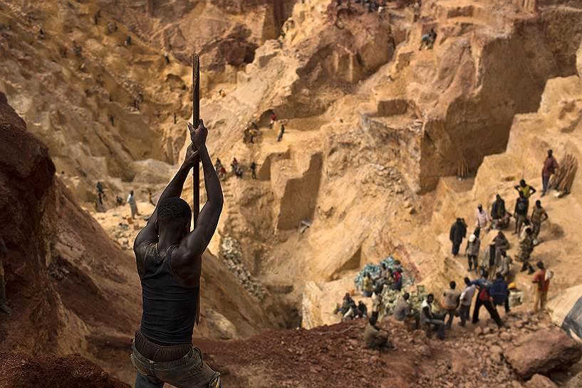 Близ города Ндассима в Центральноафриканской Республике (ЦАР) находится золотой рудник, где драгоценный металл добывается несколькими сотнями шахтеров под надзором местных боевиков, которые поддерживают рабочий процесс ради денег для своей организации «Селека»