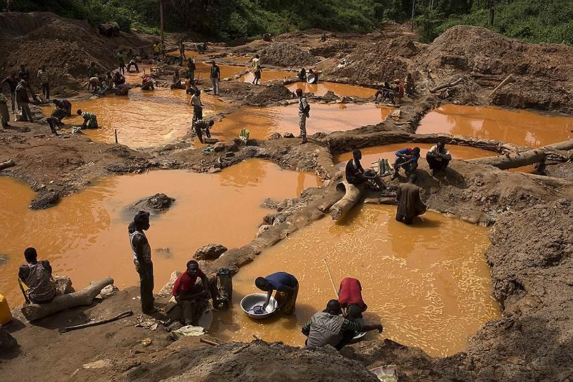 Компания Axmin приостановила деятельность в шахте Ндассима в конце 2012 года, после того как ее заняли повстанцы. В компании говорят, что проводят мониторинг ситуации