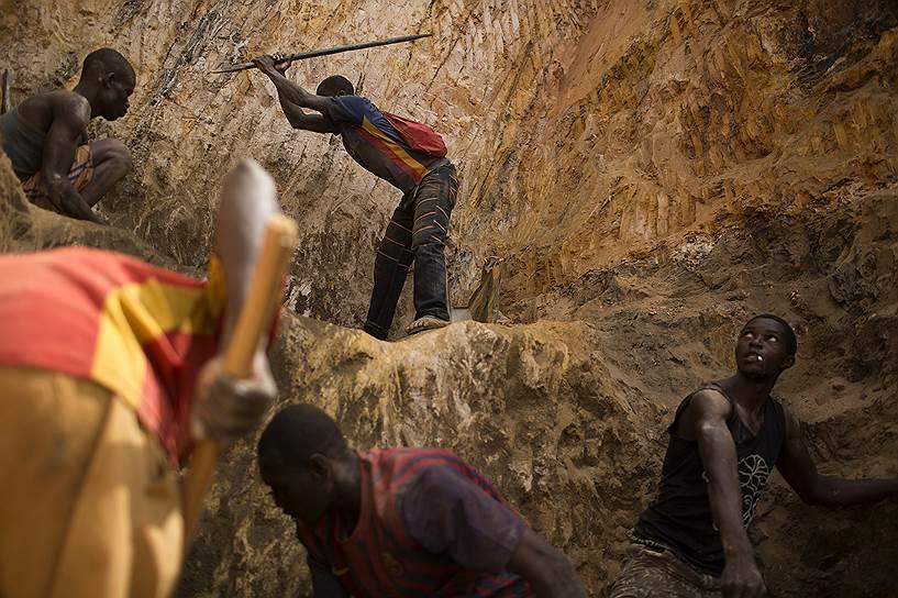 На месторождении в Ндассиме добывается и обрабатывается порядка 15 кг золота в месяц. Его продают на местном или международном черном рынке приблизительно за $350 тыс.