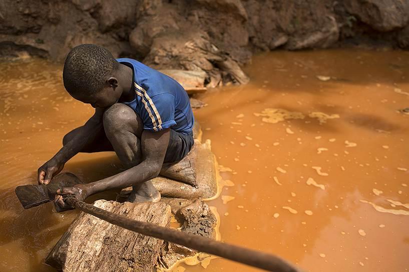 Севернее Ндассимы расположены алмазные месторождения, которые также приносят доход бойцам из группировки «Селека»: драгоценные камни незаконно продают в Судан и Чад, откуда они расходятся по всему миру