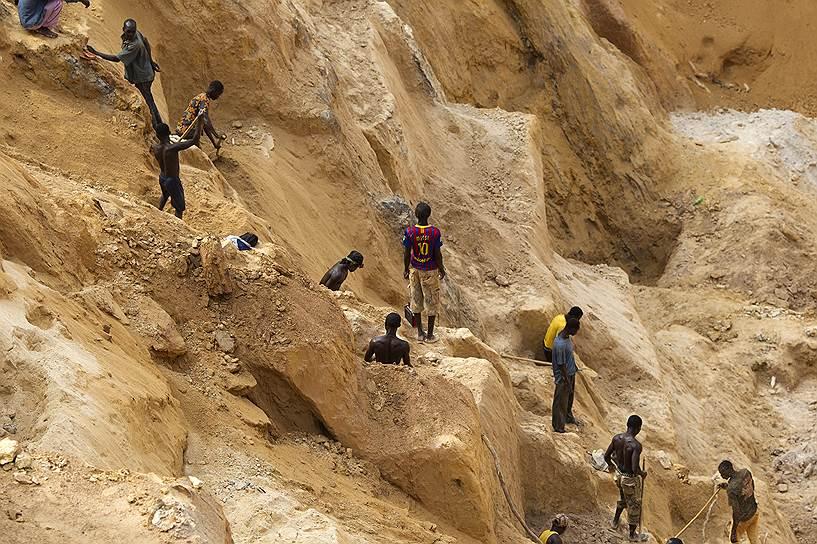 Центральноафриканская Республика обладает существенными природными ресурсами — месторождениями алмазов, урана, золота, нефти, лесными и гидроэнергетическими ресурсами. При этом — во многом благодаря нестабильной политической обстановке — ЦАР остается одной из самых бедных стран мира