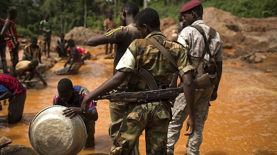 Работать на золотом руднике в Ндассиме небезопасно. Так, в 2013 году жертвами обвала горной породы стали более 50 человек. Причиной трагедии были ливневые дожди