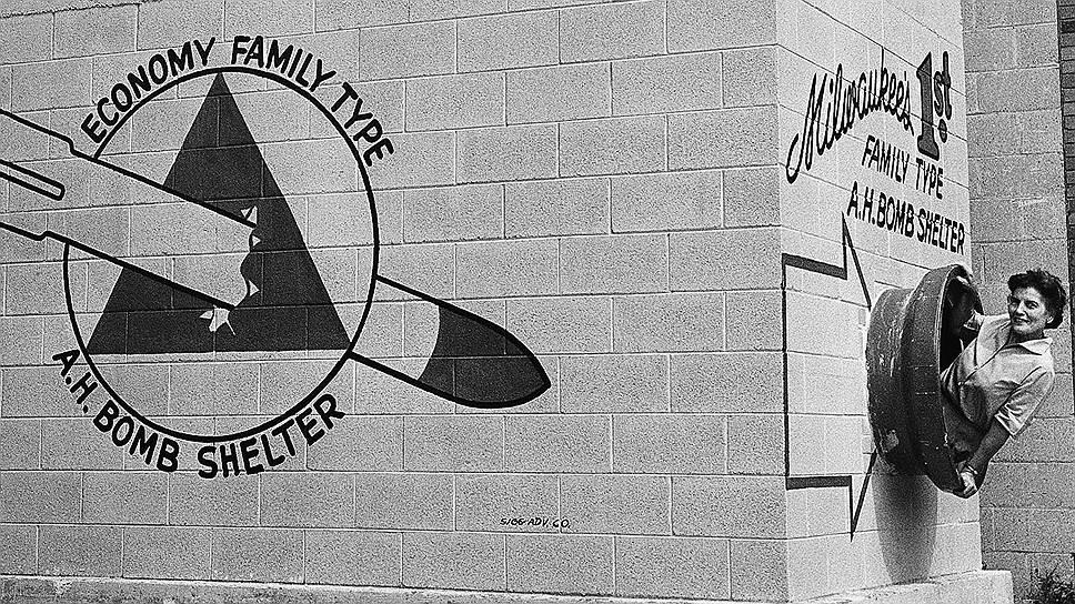 В период холодной войны большинство американцев верили в неизбежность применения ядерного оружия со стороны СССР, в результате чего в стране начался самый настоящий бум строительства бомбоубежищ На фото: семейный тип бомбоубежища в Милуоки, штат Висконсин, 1958 год. В таком бункере могли разместиться от 8 до 12 человек